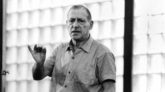 """Der Komponist Paul Dessau studiert mit dem Orchester der Deutschen Staatsoper am 20.12.1969 in Ost-Berlin/DDR seine """"Bach-Variationen"""" ein."""