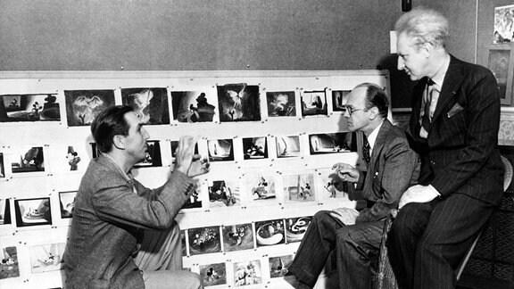 """Walt Disney (links) und Kollegen diskutieren über """"Fantasia"""" an einem Storyboard."""