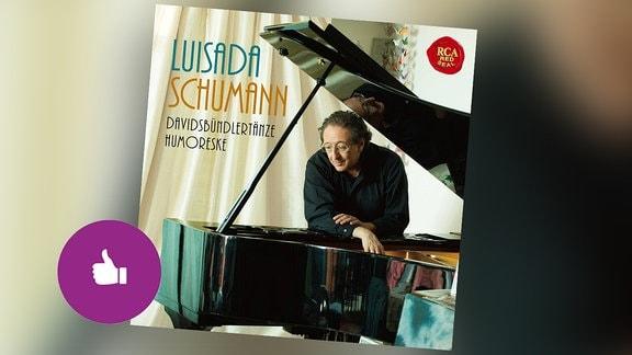 Das CD-Cover der Empfehlung Luisada Schumann. Der Auf dem Cover: der Pianist lehnt am offenen Flügel. Hinter dem Cover unscharfer Hintergrund. Piktogramm Empfehlungen