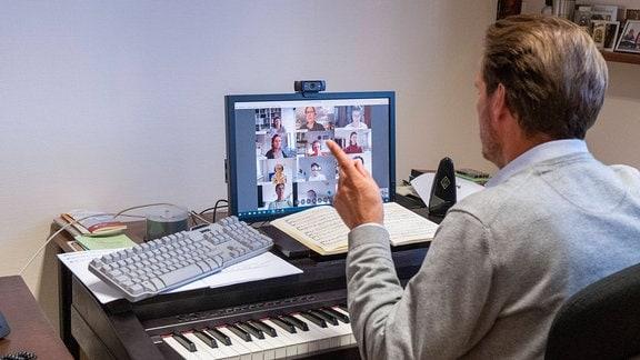 Domkapellmeister Karsten Storck bei einer Online Chorprobe