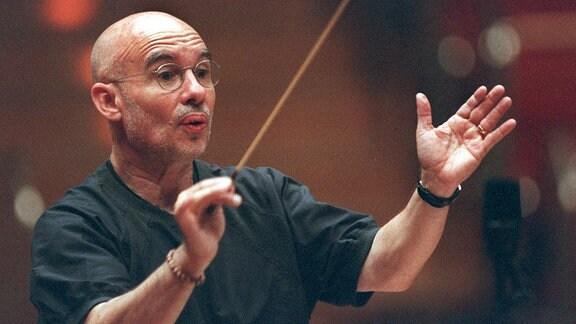 Dirigent Dennis Russell Davies bei einer Probe