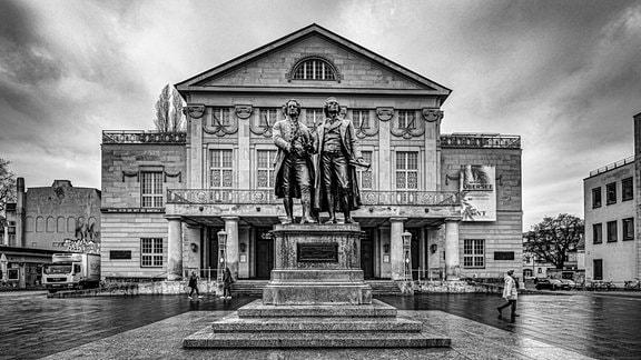 Deutsches Nationaltheater am Theaterplatz mit Johann Wolfgang von Goethe-Friedrich Schiller-Denkmal