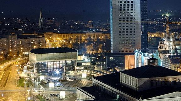 Beleuchtete Innenstadt bei Nacht in Leipzig: Blick von Open auf Gewandhaus, auch Opernhaus und City-Hochhaus