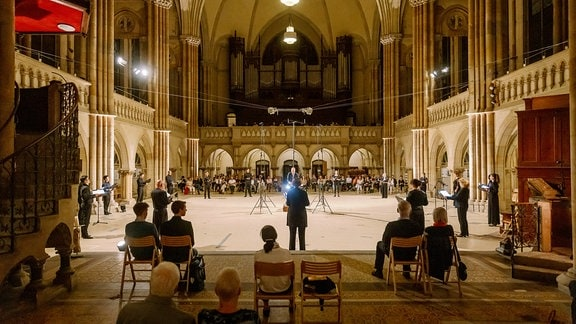 Frontalaufnahme eines Chorkonzerts in einer Kirche.