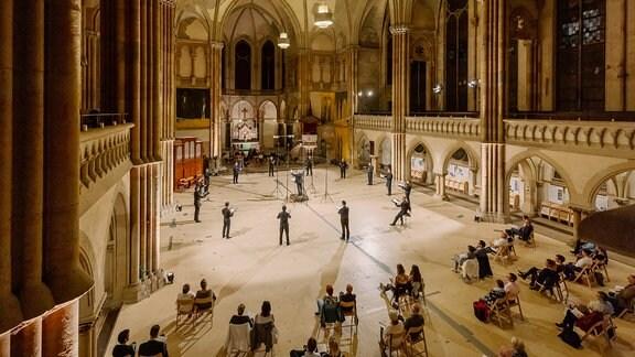 Aufnahme eines Chorkonzerts in einer Kirche aus der Vogelperspektive.