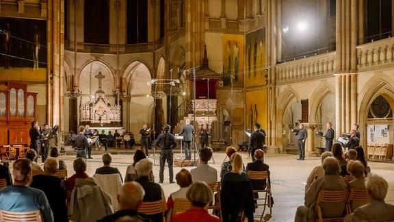 Aufnahme eines Chorkonzerts in einer Kirche mir Publikum.