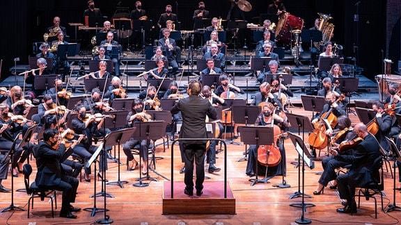 Ein Orchester gibt ein Konzert