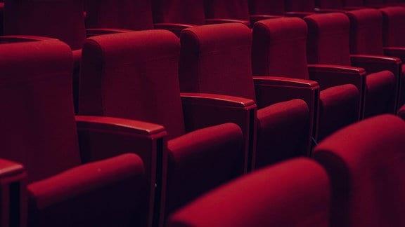 Rote Sitzreihen in einem Theater