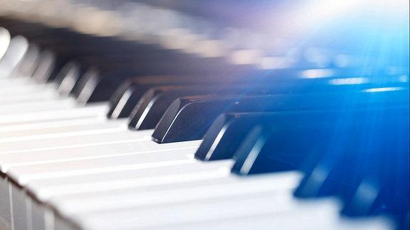 Nahaufnahme der Tasten eines Klaviers