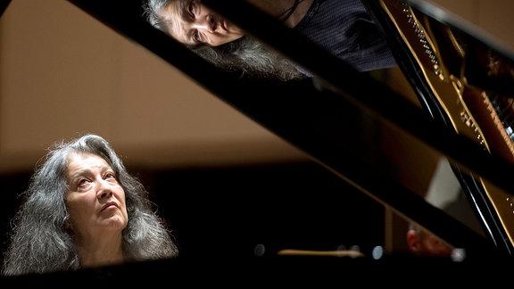 Die argentinische Pianistin Martha Argerich hört am 14.09.2013 während einer Probe in der Philharmonie Berlin auf die Musik.