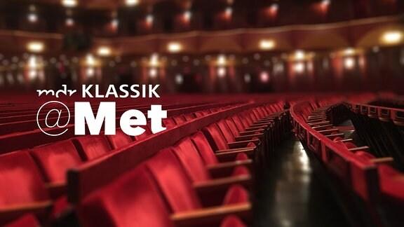 """Saal der Metropolitan Opera in New York, Sitzreihen mit viel Tiefe, seitlich, dazu Schriftzug """"MDR KLASSIK @Met"""""""