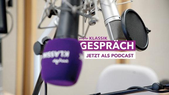 """Im Studio, MDR KLASSIK-Mikrofon im Vordergrund (undscharf), anderes Studiomikrofon im Hintergrund (schard), dazu MDR KLASSIK-Logo und Schriftzug """"Gespräch""""."""