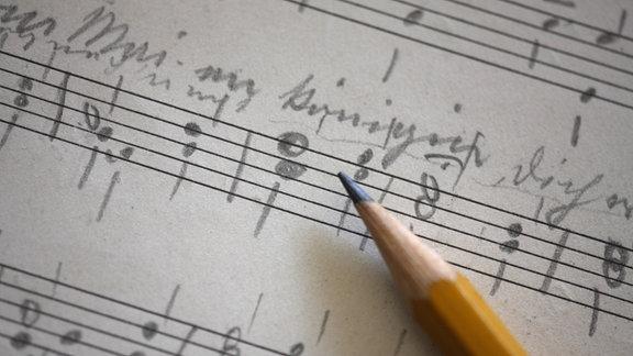 Ein Notenblatt mit handschriftlichen Eintragungen