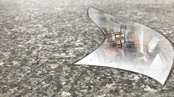 Notenspur-Gehweheinlassung, darin eine fotomontierte Spiegelung einer Hausmusikatmosphäre