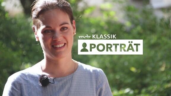 """Porträt einer jungen Frau (Regula Mühlemann) mit unscharfem Hintergrund und Schriftzug """"MDR KLASSIK-Porträt"""""""