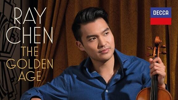 """CD-Cover der CD """"Ray Chen – The Golden Age"""" mit dem Künstler auf einem Divan mti Geige in der Hand"""