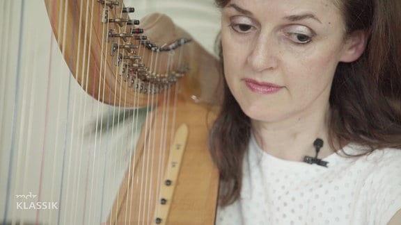 Blick auf die Harfenistin Margret Köll und ihre Harfe