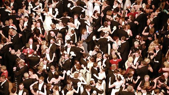 Ausschnitt einer Aufnahme der Ballgäste beim Wiener Opernball 2018 aus Vogelperpektive: Sehr viele Tänzer auf engem Raum, Gewimmel.