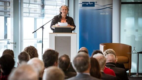 Professor Dr.-Ing. Gabriele Schade steht an einem Rednerpult