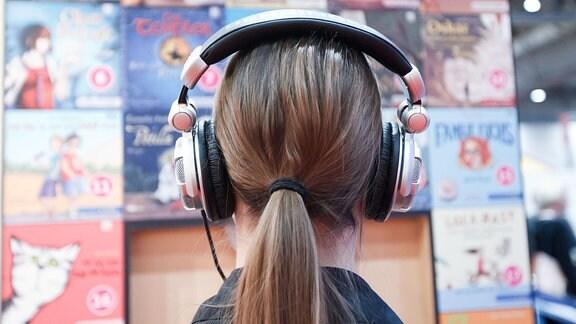 Eine Frau mit Kopfhörern