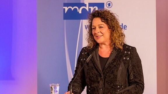 Ulrike Simon steht an einem Rednerpult