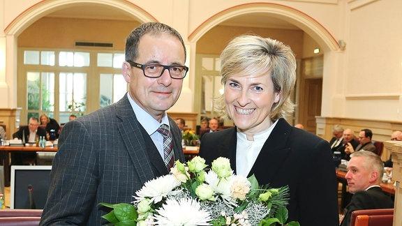 MDR-Rundfunkratsvorsitzender Steffen Flath gratuliert Karola Wille am 5. Dezember 2016 zur Wiederwahl als MDR-Intendantin.