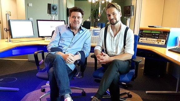 André Holst und Felix Räuber sitzen im Studio