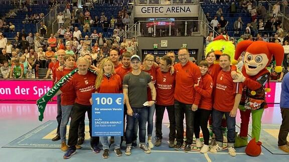 Ein Gruppenbild von Mitgliedern des Vereins SG Blau Weiß Gerwisch in der GETEC-Arena