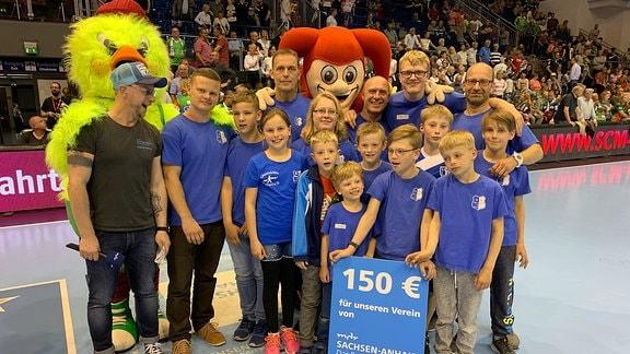 Ein Gruppenbild von Mitgliedern des Vereins SV Chemie Genthin in der GETEC-Arena