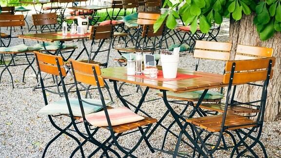 Stühle und Tisch in einem Biergarten
