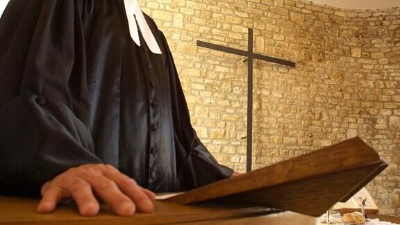 Ein Geistlicher auf einer Kanzel