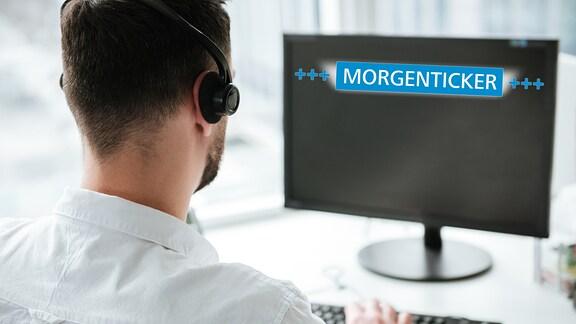 Mann mit Headset sitzt an einem Computer