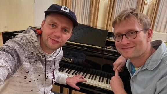 Tobias Kluge und Christian Friedel sitzen am Klavier