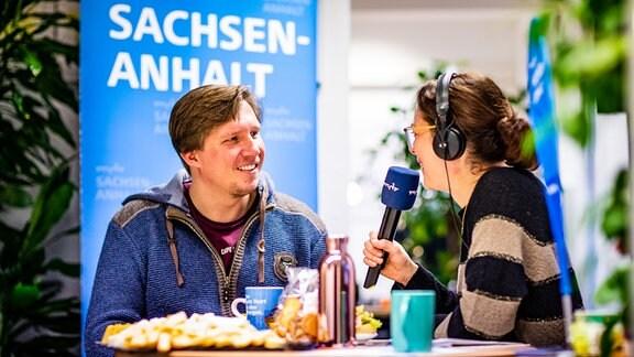 Moderatorin Antonia Kaloff im Interview mit einem Mann