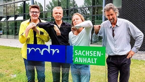 The Aberlours und Moderator André Holst vor dem MDR Landesfunkhaus in Magdeburg