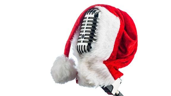 Eine Weihnachtsmütze auf einem Mikrofon