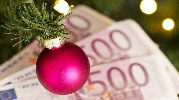 Geld unterm Weihnachtsbaum.