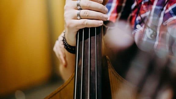 Hand hält Gitarre