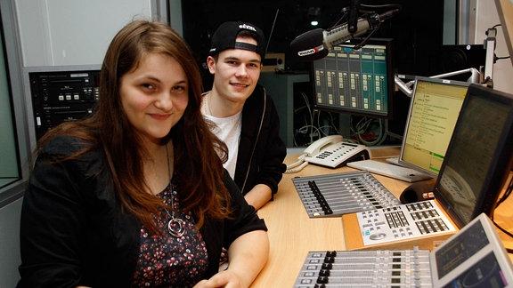 Zu sehen sind die jungen Reporter von MDR SACHSEN-ANHALT im Radio von MDR Sputnik in Halle.