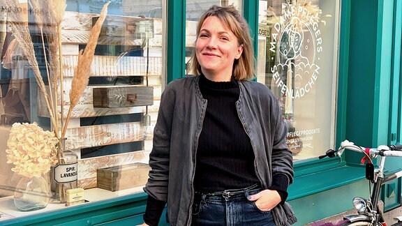 """Carolin Pfleger vor dem Seifenladen """"Madame Pflegers"""" auf der Langen Brücke in Erfurt."""