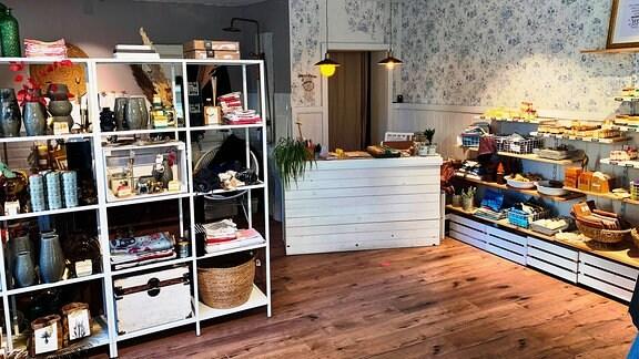 """Carolin Pfleger und ihre Seifen im Seifenladen """"Madame Pflegers"""" auf der Langen Brücke in Erfurt."""