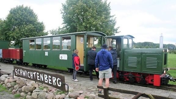 Die grüne Mecklenburg-Pommerschen Schmalspurbahn am Bahnhof Schwichtenberg.