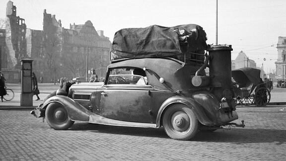 Ein Auto mit Holzvergaser 1947 vor dem Hauptbahnhof in Leipzig