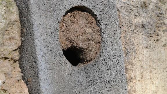 In einer Mauer ist ein Loch