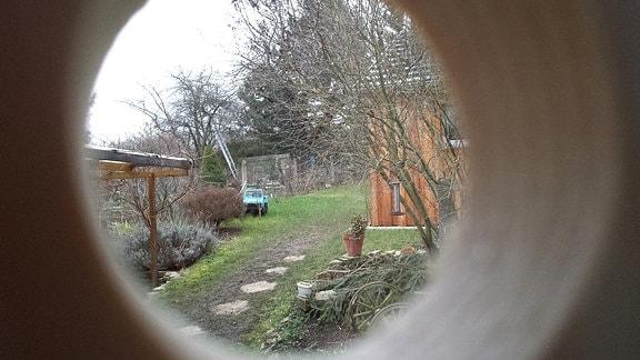 Blick aus einem Nistkasten in einen Garten