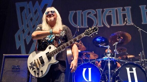 Uriah Heep-Gitarrist Mick Box beim Konzert in der Erfurter Messehalle