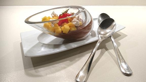 Bitterschokoladen-Ganache mit Passionsfrucht, Mango und Goldener Himbeere