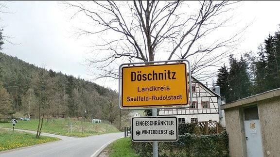 Das Ortseingangsschild von Döschnitz im Landkreis Saalfeld-Rudolstadt.