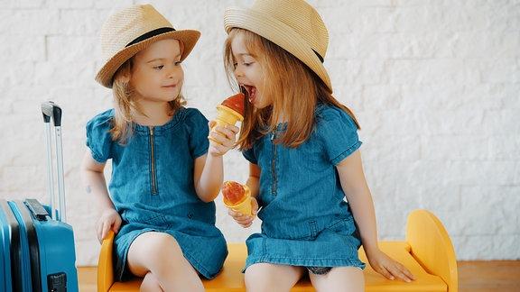 Zwei kleine Mädchen essen Eis