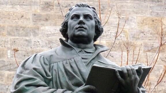 Das Lutherdenkmal vor der Kaufmannskirche in Erfurt